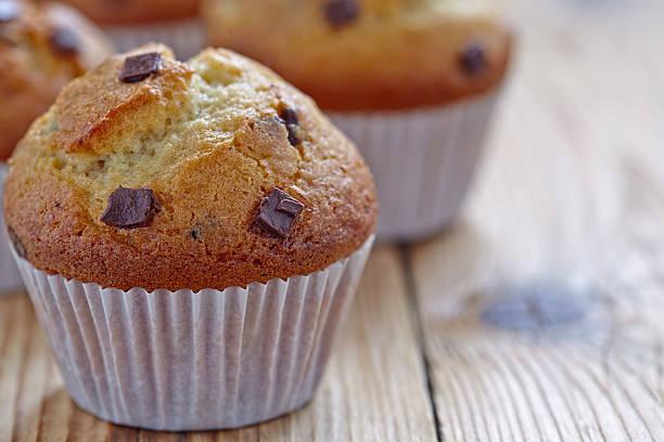 vanille muffins mit schokolade-chips - vanille muffins stock-fotos und bilder