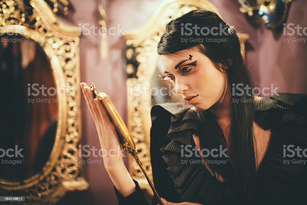 Vasque noir et Blanche-Neige et un miroir en or - Photo