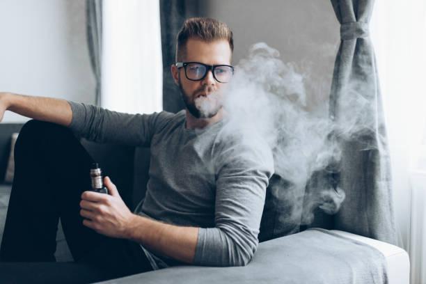 Verdampfen von E-Flüssigkeit aus einer elektronischen Zigarette – Foto