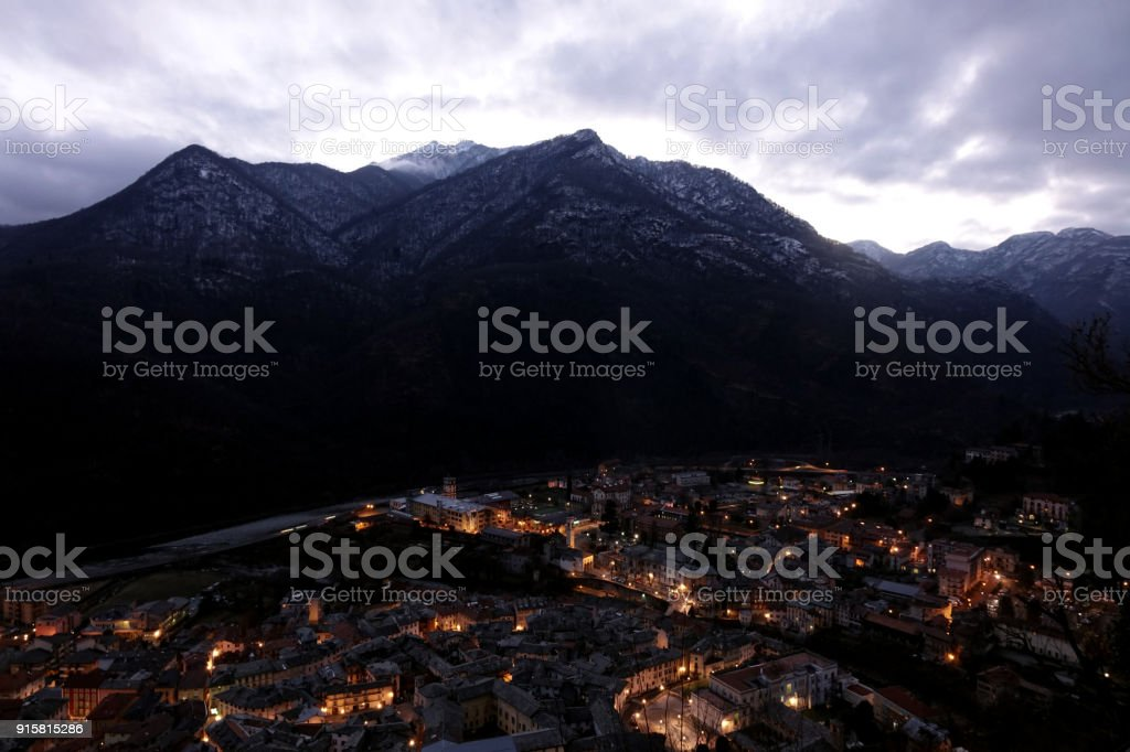 Varallo Sesia with mountains at night - foto stock