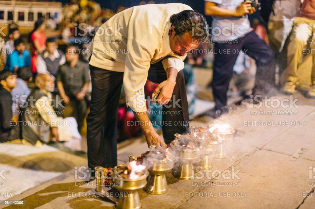 Varanasi, Indien: Folk gå Ganga Aarti, en religiös ritual tillägnad Shiva, som äger rum varje kväll på den heliga Dasaswamedh ghat. royaltyfri bildbanksbilder