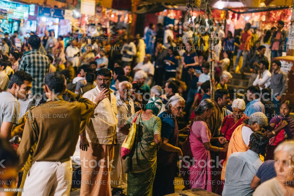 Varanasi, India: People attending Ganga Aarti, a religious ritual dedicated to Shiva, which takes place every evening at the holy Dasaswamedh ghat. foto stock royalty-free