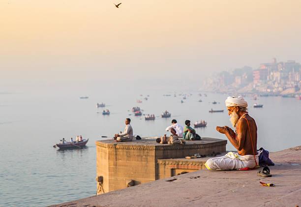 varanasi_pray_sadhu - индия стоковые фото и изображения