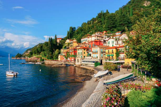 varenna door het comomeer luchtfoto italië zomer - lecco lombardije stockfoto's en -beelden