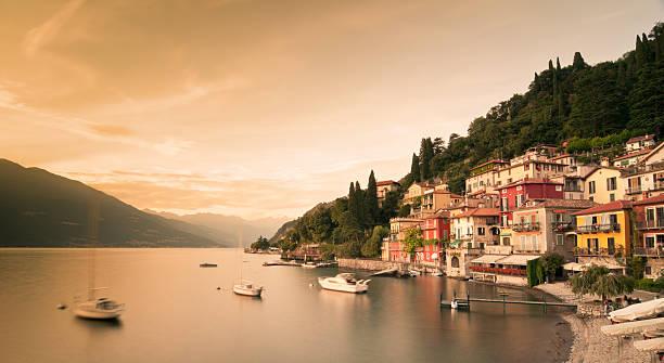 varenna, lago di como - como italië stockfoto's en -beelden