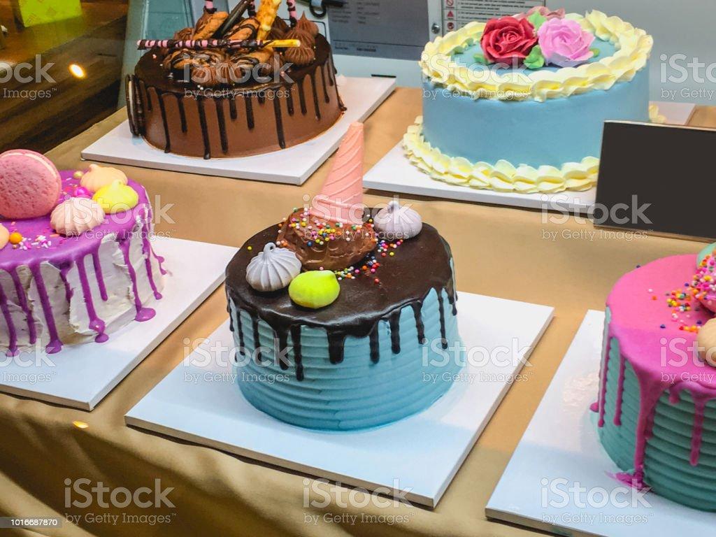 Cake van de verjaardag van de variatie in bakkerij foto