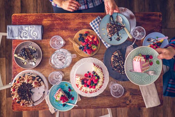 ベリー レイヤー ケーキ、チョコレート ケーキ、ブラック フォレスト ケーキのバリエーション ストックフォト