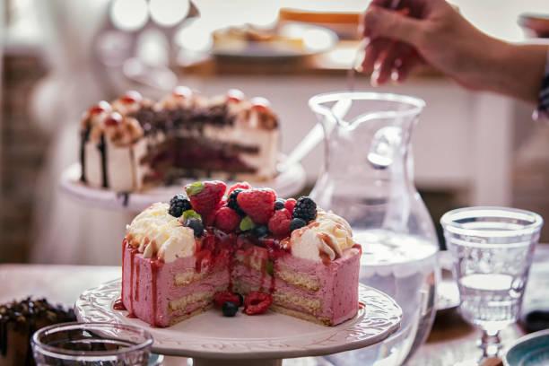 variation der berry-schicht-kuchen, schokoladenkuchen und schwarzwälder kirschtorte - himbeerzuckerguss stock-fotos und bilder