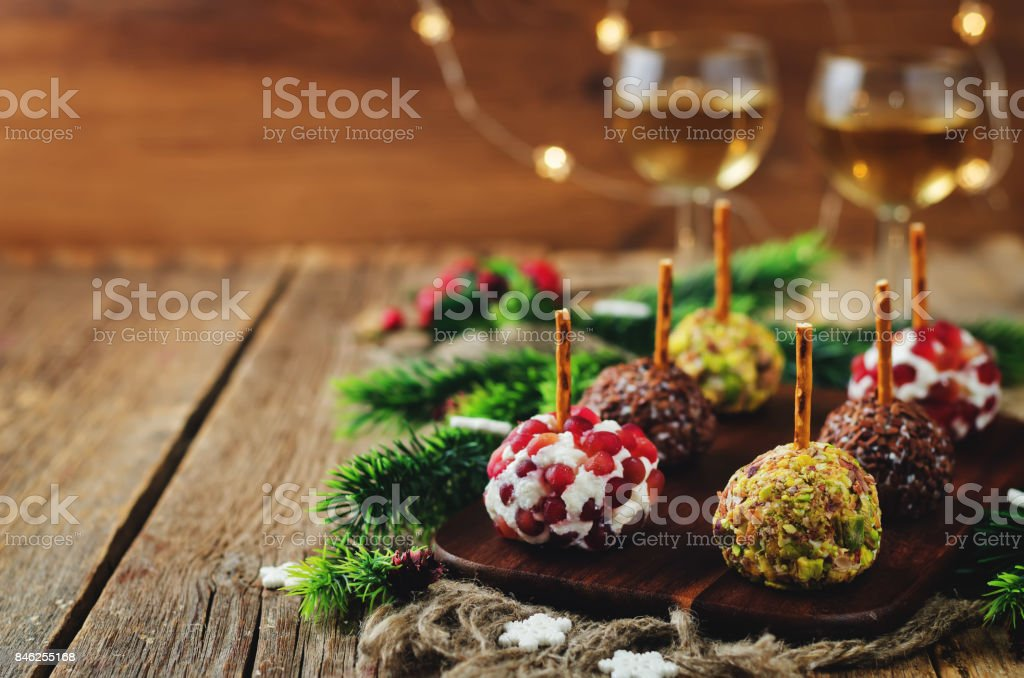 Variation of goat cheese balls appetizer with pistachio, pomegranate and flax seeds - foto stock