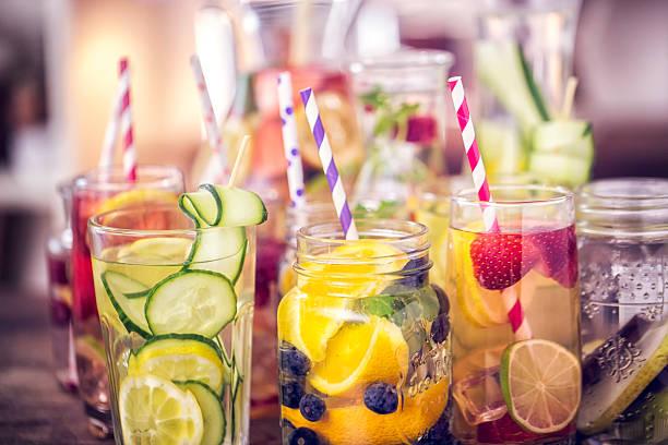 изменение из окрашенной водой и свежими фруктами - напиток стоковые фото и изображения