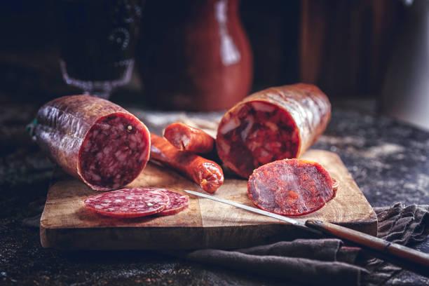 variación de aperitivo español salami, salchicha, jamón y queso de buena calidad - chorizo fotografías e imágenes de stock