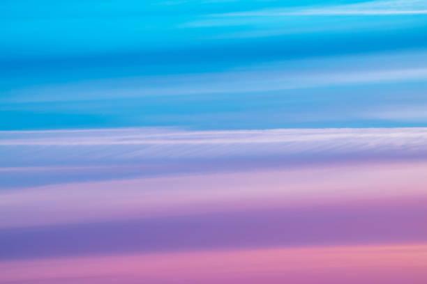 varicolored randig surrealistiska himlen med nyanser av blått, cyan, kobolt, rosa, lila, magenta färger. horisontella linjer av smidig moln. stämningsfulla bakgrundsbilden för anbudet himlen. - pink sunrise bildbanksfoton och bilder