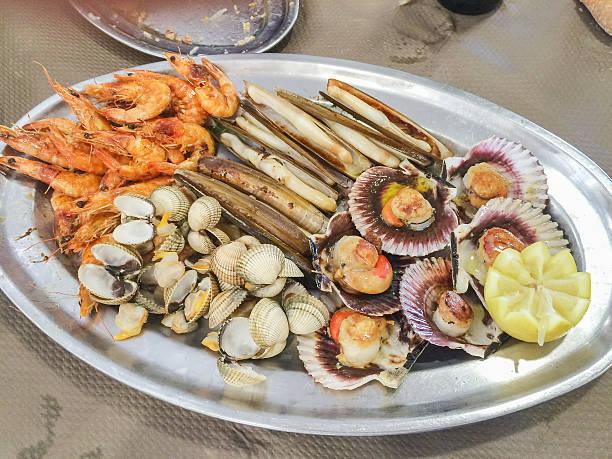 Bandeja de mariscos variados stock photo