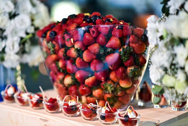 variety berries in glass bowl. - eventos de gala - fotografias e filmes do acervo