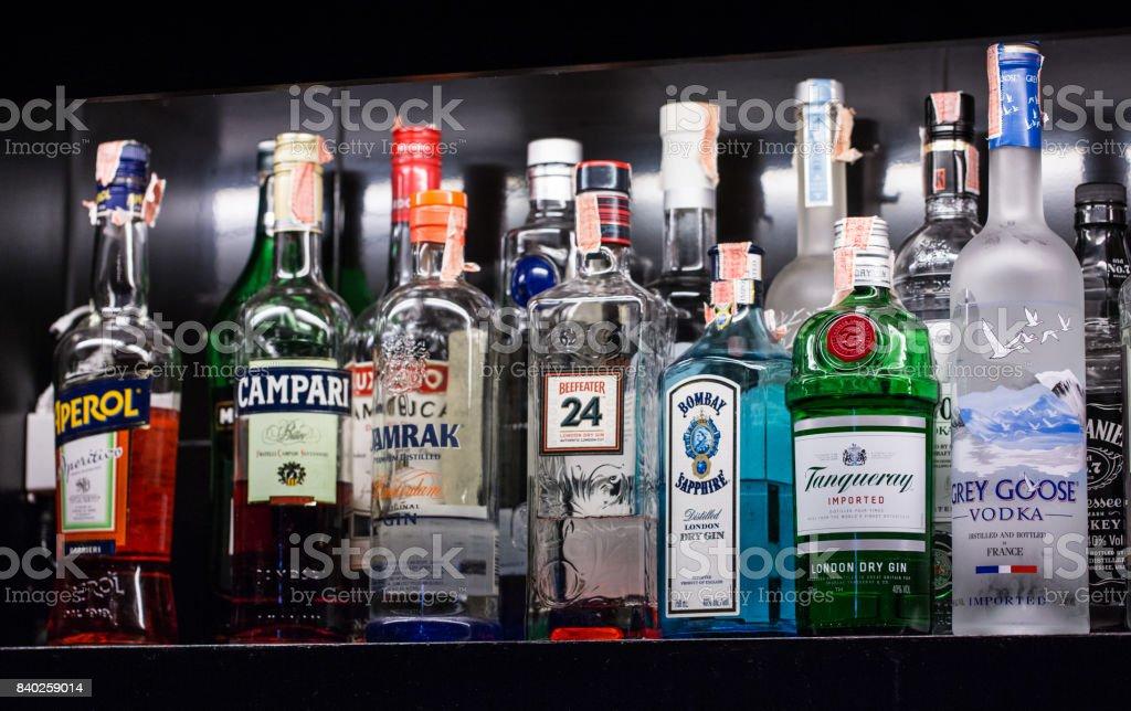 様々 なアルコール飲料、ベルント、カクテルを楽しめるバーの棚に配置されます。 ロイヤリティフリーストックフォト