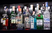 様々 なアルコール飲料、ベルント、カクテルを楽しめるバーの棚に配置されます。