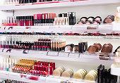 さまざまな現代の化粧品店の品揃え