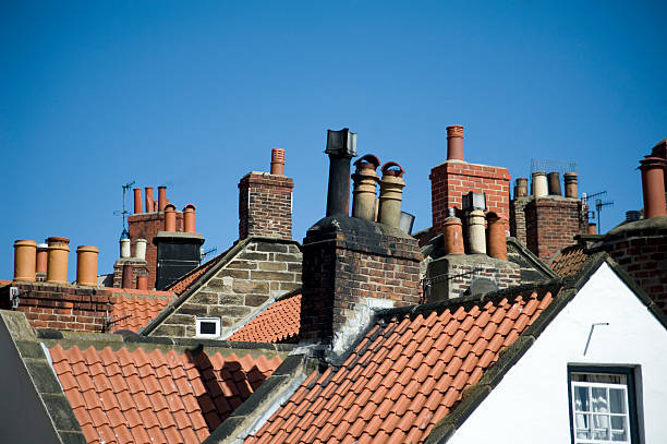 variety of chimney pots in robin hoods bay - schornstein konstruktion stock-fotos und bilder