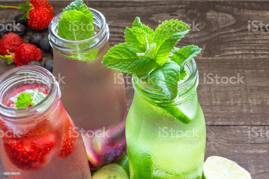 Vielzahl Von Kalter Sommer Getränke In Kleinen Flaschen Mit Früchten ...