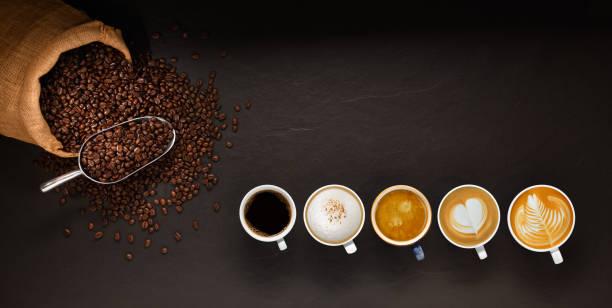 różnorodność filiżanek kawy i ziaren kawy w worku burlap na czarnym tle - coffee zdjęcia i obrazy z banku zdjęć
