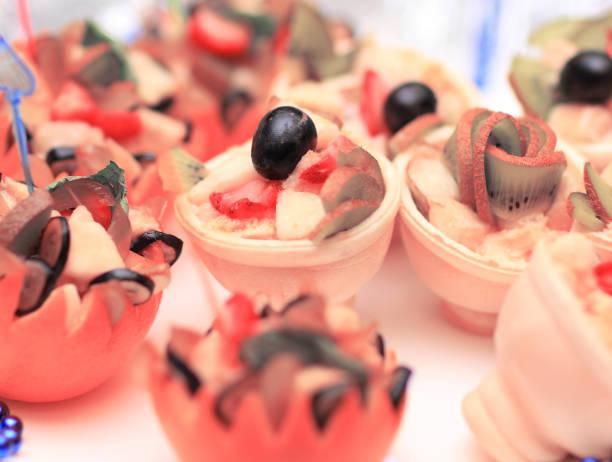 auswahl an kulinarischen köstlichkeiten - orange hochzeitstorten stock-fotos und bilder