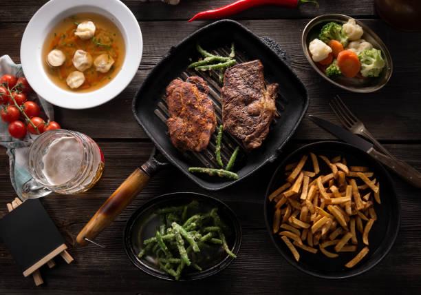 Variedad de comida en la mesa de madera - foto de stock