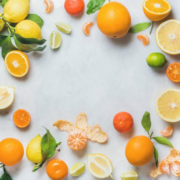 scala aan verse citrusvruchten voor het maken van sap of smoothie - vitamine c stockfoto's en -beelden