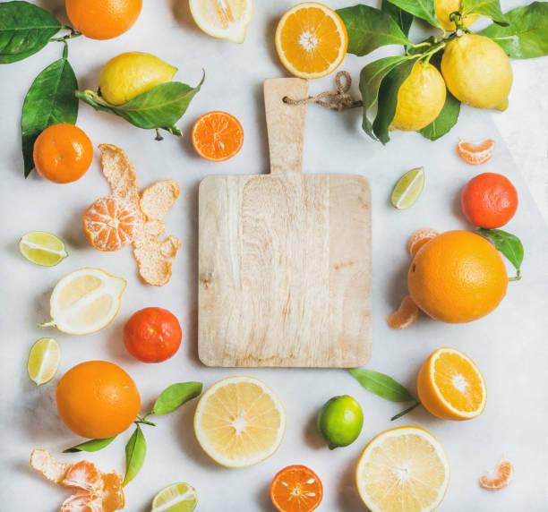 vielzahl von frischer zitrusfrüchte zur herstellung von saft oder smoothie - abnehmen leicht gemacht stock-fotos und bilder