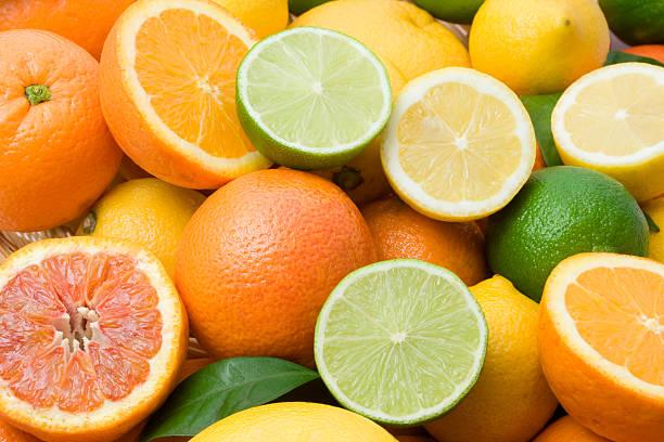 variety of full and halved citrus fruit - 柑橘類水果 個照片及圖片檔
