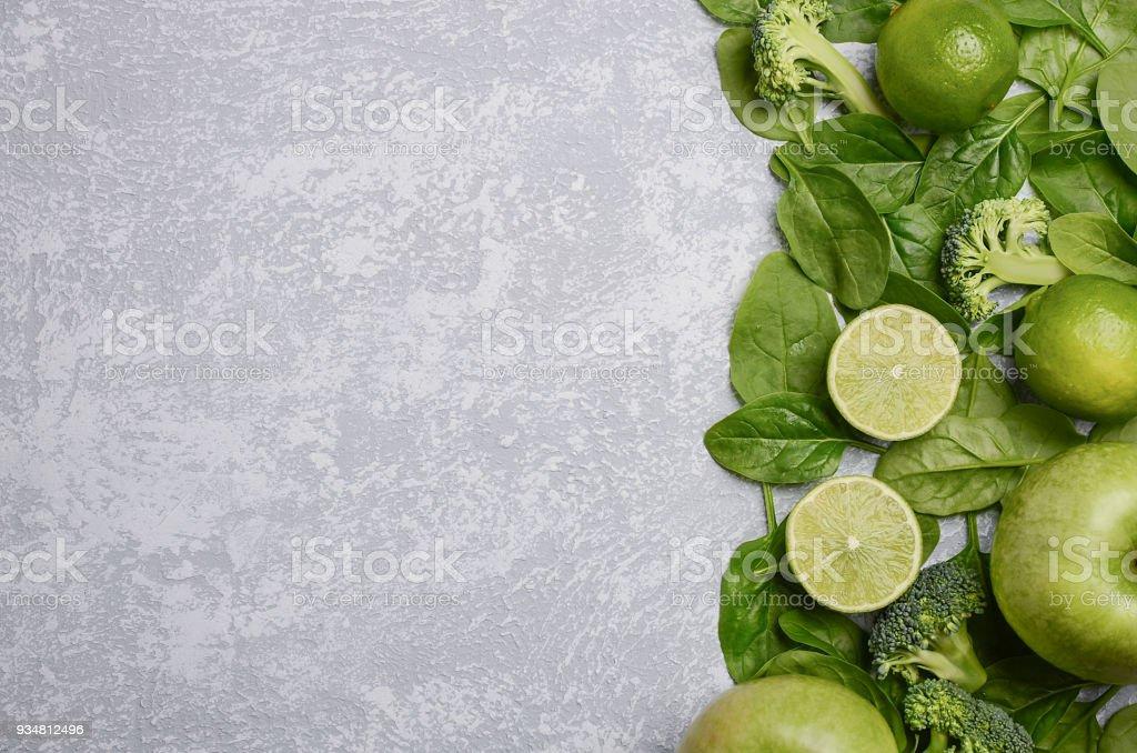 회색 콘크리트, 돌 또는 슬레이트 배경 녹색 청과의 다양 한. - 로열티 프리 감귤류 과일 스톡 사진