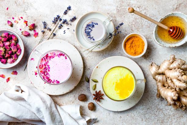Vielfalt an Mondmilch für einen besseren Schlaf. Kurkuma goldene Milch, rosa Rosenmilch und Lavendel Mondmilch. Trendiges entspannendes Schlafgetränk – Foto