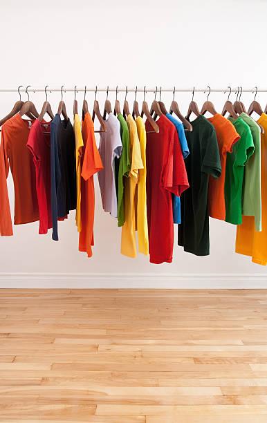Variedad de multicolored prendas en un soporte vertical - foto de stock