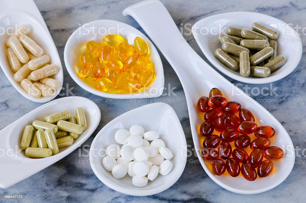 Variedade de suplementos nutricionais. - foto de acervo
