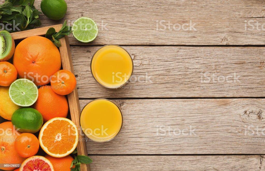 다양 한 나무 배경에 익은 citruses - 로열티 프리 0명 스톡 사진