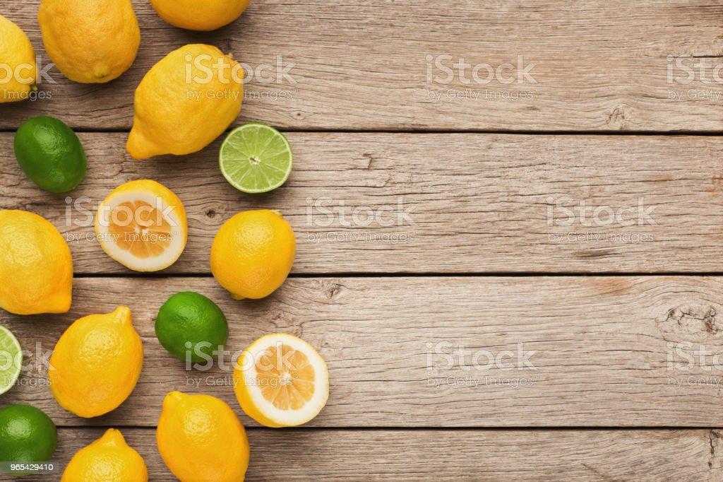 다양 한 나무 배경에 익은 citruses - 로열티 프리 감귤 스톡 사진