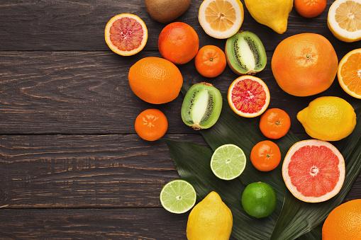 다양 한 나무 배경에 익은 Citruses 감귤에 대한 스톡 사진 및 기타 이미지