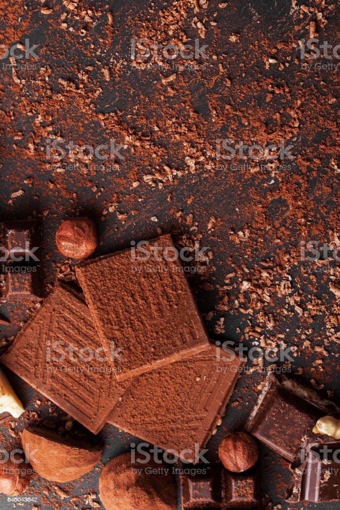 Variedade de bombons de chocolate caseiros doces em fundo de madeira - foto de acervo