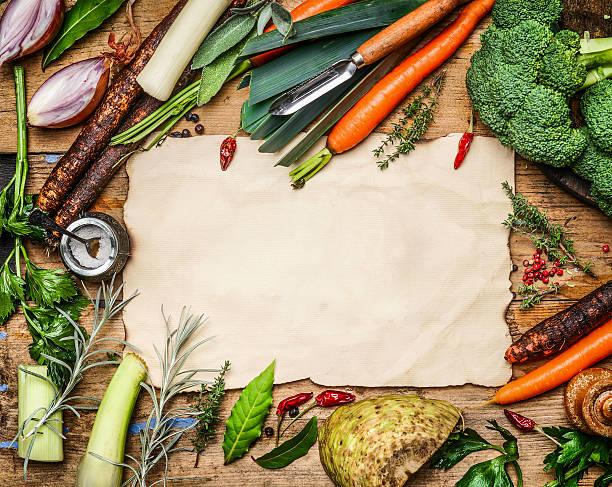 auswahl an gemüse zutaten auf blatt papier - schwarzwurzeln kochen stock-fotos und bilder