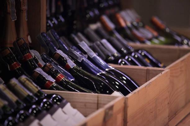 mängd vin i lådor på butik - wine box bildbanksfoton och bilder