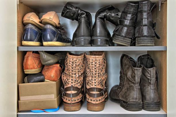 vielzahl von frauen und männern schuhe im kleiderschrank - garderobe mit schuhschrank stock-fotos und bilder
