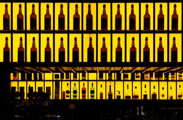 Alcool différentes bouteilles au bar - Photo