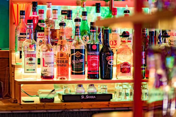 Diverses bouteilles d'alcool allumés dans la barre - Photo