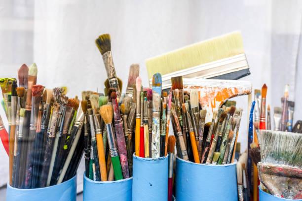 vários pincéis na oficina do artista aguardam a criação da próxima obra-prima - landscape creation kit - fotografias e filmes do acervo