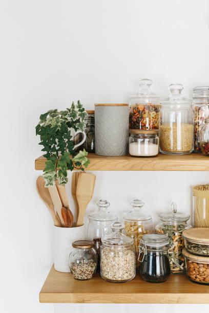 Verschiedene Getreide und Samen in Gläsern in den Regalen in der Küche. Küche Innenideen. Umweltfreundliche Küche, Null-Abfall-Haus-Konzept – Foto