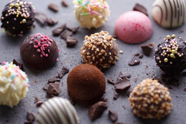 다양 한 초콜릿 pralines - 초콜릿 뉴스 사진 이미지