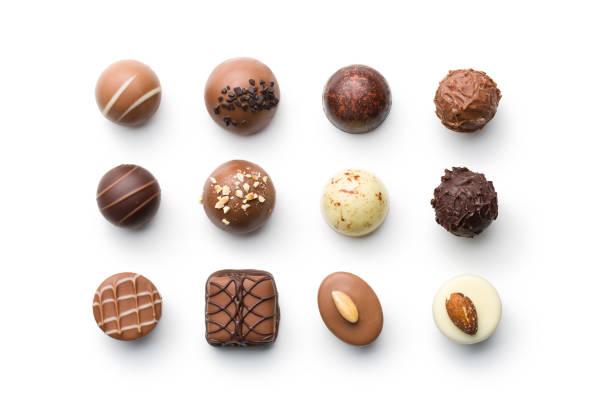 verschillende chocolade-pralines - chocolade stockfoto's en -beelden