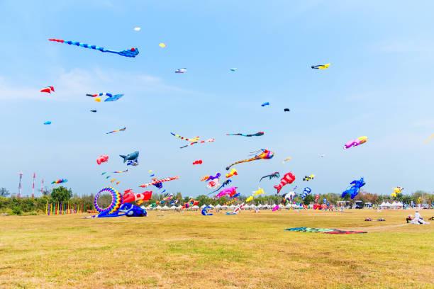 Verschiedene bunte Drachen fliegen in den Himmel während ein Drachenfest am Prachuab Khirikhan, Thailand – Foto