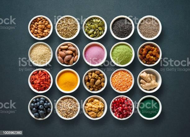 Diverse Kleurrijke Superfoods In Kommen Op Donkere Achtergrond Stockfoto en meer beelden van Achtergrond - Thema