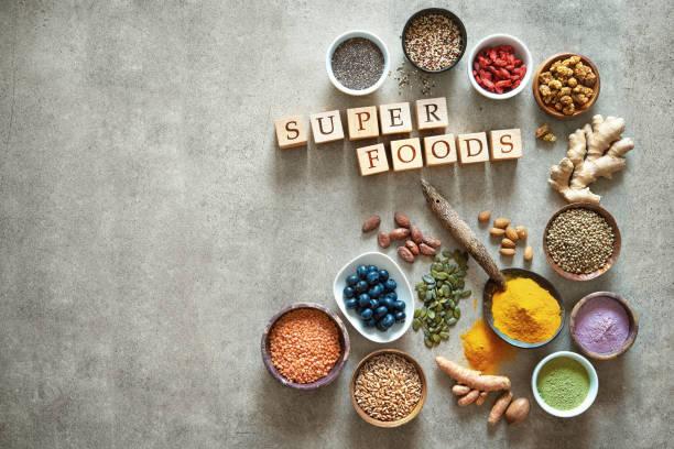 verschiedene bunte superfoods in schalen - quinoa superfood stock-fotos und bilder