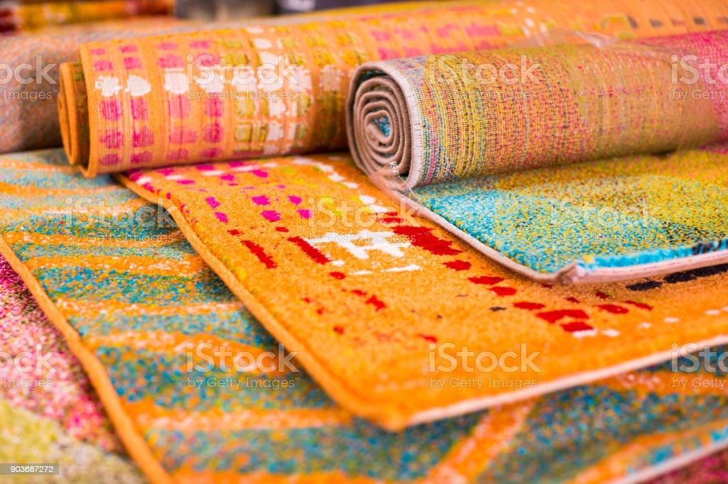 Vários tapetes de lã colorido à venda na loja foto royalty-free